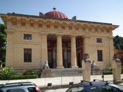 Museum in teil-arabischem Stil mit der typischen roten Kuppel
