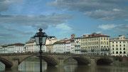 Eine der schönen Brücken über den Arno mit den schönen Patrizierhäusern