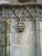 3-gesichtiger Kopf an der Fassade der Kathedrale