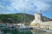 Blick von der Kaimauer zum Torre von Marciana Marina