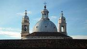 Morgendlicher Blick vom Hotelzimmer zur Kuppel der Kirche Santa Maria del Rosario