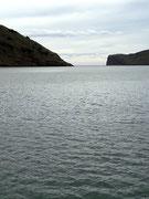 Blick in die langgezogene Bucht mit den Bergen ringsum
