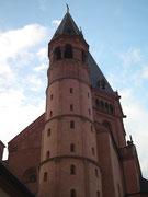 Der mehrgeschossige Rundturm am Ostbau des Doms im Romatik-Stil