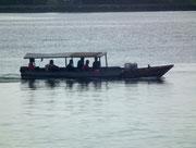 Traditionelles Boot mit – heute – vor Regen, oder Sonne schützendem Dach