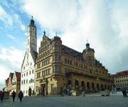Nochmals ein Blick auf das imposante Ratshaus und den Glockenturm