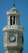 Glocken- und Uhrturm mit schöner Steinmetzarbeit . . .