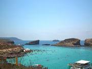 . . . ist die «Blue Lagoon» mit dem türkisfarbenen, glasklaren Wasser . . .