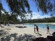 . . . beige-rötlicher Sand mit türkisfarbenen Wasser in allen Schattierungen