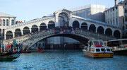 und auf der Brücke einen Menschenstau wegen den morgendlichen Klängen . . .