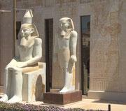 Auch da sind wir nicht im alten Ägypten, sondern blicken auf die Fassade eines grossen Einkaufszentrums.