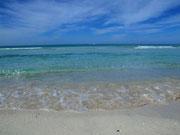 Das flache und smaragdgrüne Wasser am Strand von Es Trenc