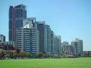 Auf der Stadtrundfahrt moderne Fassaden-Architektur an den Hochhäusern