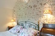 chambre au 1er étage avec grand lit.