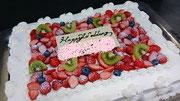 ウェディングケーキ、スクエア型。苺、キウイ、ブルーベリーで飾り付け