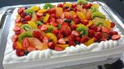 ウェディングケーキ、スクエア型。いろどりフルーツ飾り。生クリームの絞りに特徴があります。