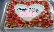 ウェディングケーキ、スクエア型。苺とキウイで飾り付け