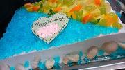 ウェディングケーキ、スクエア型。海のイメージでミントゼリーとチョコレート細工の貝殻を側面に貼りつけています