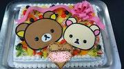 ウェディングケーキ、スクエア型。チョコレート細工でキャラクタープレートとリボンを飾りました