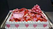 ウェディングケーキ、スクエア型。リボンとかわいくデコレーションしたハート型のプレート