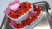 ウェディングケーキ、ハート型2段。ハート型チョコレートの飾り付
