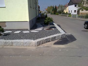 Granitblöcke gemauert,Granitschrittplatten dazu Basaltschotter
