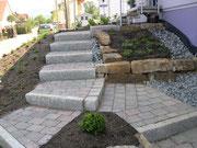 Treppenstufen mit Granitbordsteine erstellt,dazu Tegula-Steine schattiert