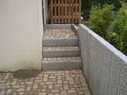 Granitstelen und Stufen