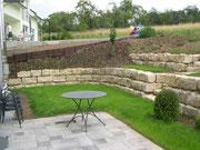 Natursteinmauer als Hangbefestigung