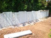 Granitstelen in Beton gesetzt