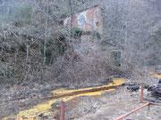 I binari ed il vecchio edificio minerario.