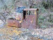 Un locomotore elettrico da miniera,con ancora tutte le sue vecchie batterie no certo ecologiche.
