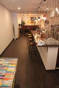縦長の特徴的なカフェ。奥にはかなりの広めのスペースが。