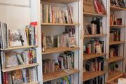 店内にはコーナーごとにレア&コアな本がずらり!