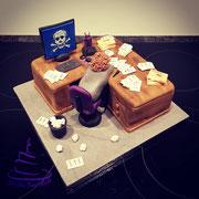 Nuss-Kuchen mit Vanillebuttercreme. Deko Fondant.