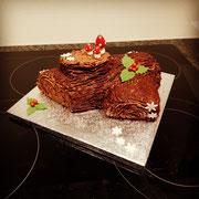 Weihnachts bûche Schokolade. Deko Schokoladenbuttercreme und Fondant.