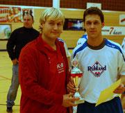 Siegerpokal mit Kapitän Andreas Wutz
