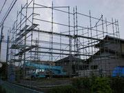 先行足場も前日に完了し棟上げ当日です。