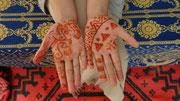 Dessins au henné sur les mains d'une adolescente