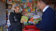Mohammed regerde les livres de lecture apportés