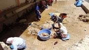 Des femmes lavent la laine à la source canalisée (à G)