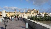 La cathédrale de Cordoue, vue du pont romain