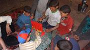 Les enfants découvrent leur jeu