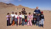 Photo de classe, les enfants ayant passé les vêtements par dessus les leurs