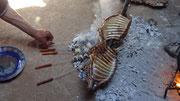 Les brochettes de foie cuisent sur la braise