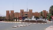Au bout de la rue, un bâtiment administratif