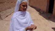 La jeune fille nous explique qu'elle fait du crochet