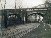 Das alte Eisenbahnviadukt vor dem neuen Eisenbahnviadukt an der Annaberger Straße