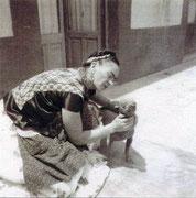 Frida Kahlo mit einem ihrer Xolos......ein typischer Xolo vor 1950.Ab 1955 wurden die Xolos hochbeiniger und schlanker gezüchtet.Hierzu wurden 1955 in drei Expeditionen von NORMAN WRIGHT, spezielle Exemplare in verschieden Regionen Mexikos gesucht.