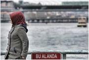 femme sur le pont Galata, détroit du Bosphore