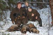 Танья со своими бравыми мальчишками, собаками и сегодняшней добычей